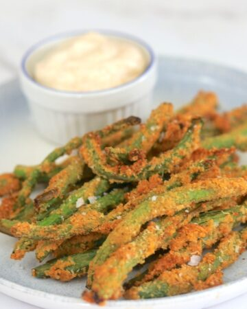 air fryer green beans on a plate with dip